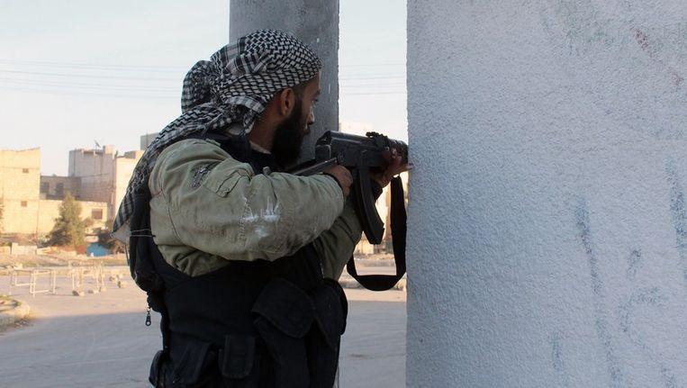 Een rebel in Aleppo vecht tegen leden van het de aan al-Qaeda gelieerde militanten van ISIS. Beeld afp