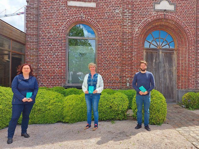Kunstenfestival Watou lokt 29.000 bezoekers naar de Hoppestad. Medewerkers Kunstenfestival Watou Jessy Clynckemaillie en Matthias Breyne en cultuurschepen Loes Vandromme (CD&V) in het midden.