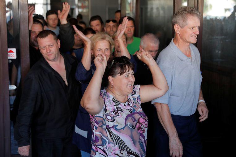 Medewerkers van de fabriek die Loekasjenko maandag bezocht vertrekken uit protest tegen de dictator. Beeld REUTERS