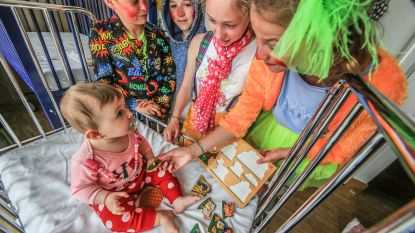 Zesdejaars delen als cliniclowns speelgoed uit aan zieke kindjes in AZ Groeninge