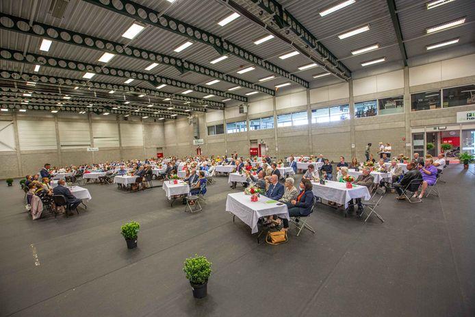 Het gemeentebestuur trakteerde de 44 koppels en hun families op een receptie in de sporthal.