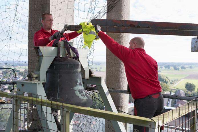 De klok op de watertoren in Olst werd zaterdagmorgen weggehaald.