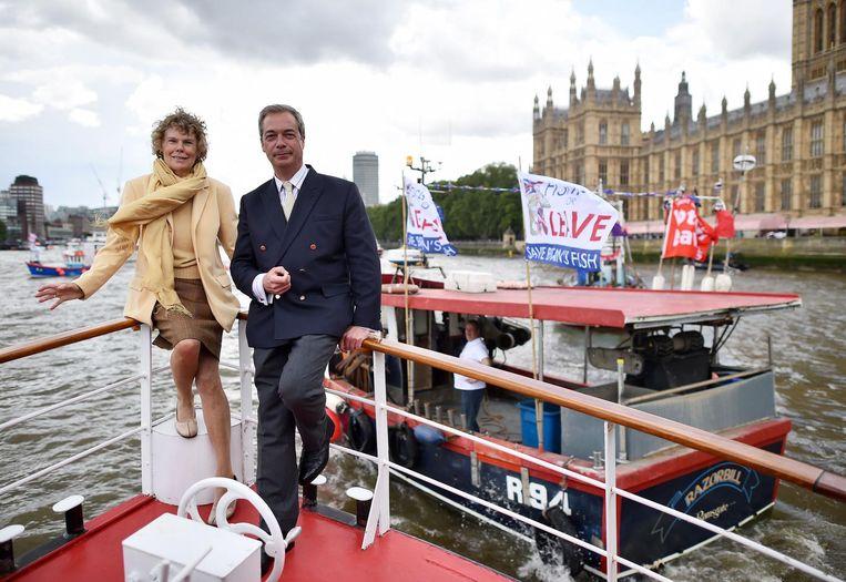 Nigel Farage met een vissersvloot op de Theems tijdens de Brexitcampagne. Beeld afp