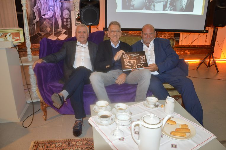 Yvan Roelandt van VVV-Ninove vzw, die het boek uitgaf, auteur Erik De Schryver en toerismeschepen Alain Triest op de sofa in de Kantfabriek, waar 'Ninovieters Kaffeegieters' werd voorgesteld.