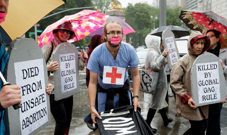 Demonstranten protesteren in mei 2017 in New York tegen het besluit van president Trump om de stekker te halen uit financiële steun aan programma's voor geboortebeperking in ontwikkelingslanden.  Beeld EPA