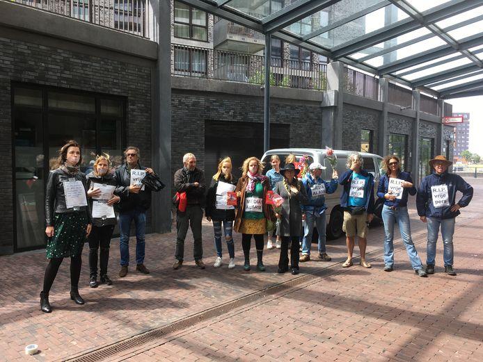 Actie voor het hoofdkantoor van de Gelderlander in Nijmegen op de Dag van het Media-Alarm.
