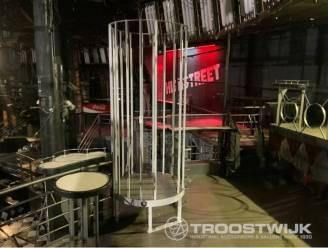 Danskooi, unieke barmeubels, lichtreclame en een condoomautomaat: inboedel legendarische discotheek Highstreet wordt online geveild
