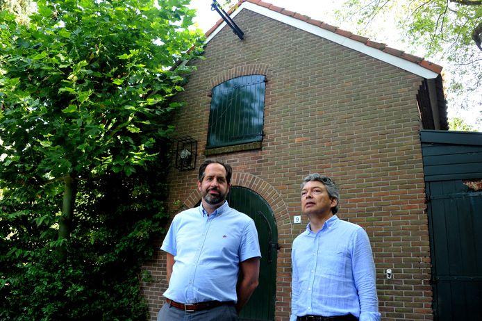 Voorzitter Constantijn Papaïoannou (links) en secretaris Nico Einholz van Stichting Park Merwestein bij het Werfje.