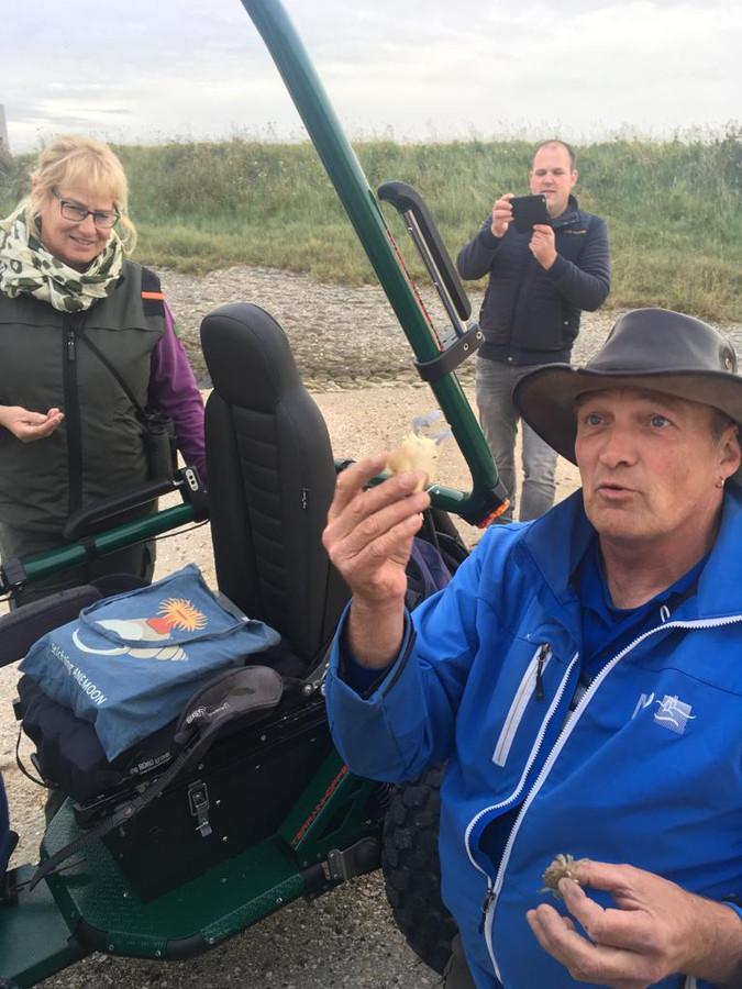 Rien Pronk naast zijn quad-achtige voertuig. Met achter hem boswachter Marijke Lieman en Wilco Jacobusse van Nationaal Park Oosterschelde