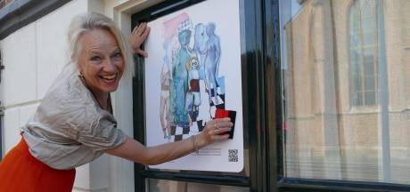 Tentoonstelling op de ramen van het Wageningse stadhuis