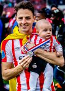 Santiago Arias met zijn zoontje.