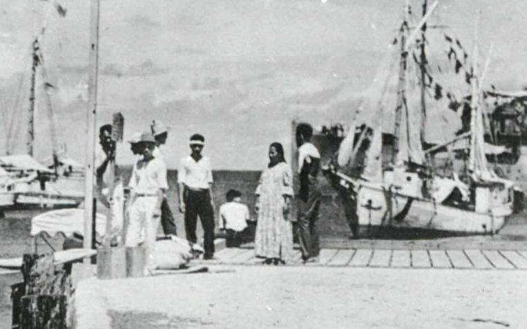 De vrouw in het midden op de foto, zittend op de kade, zou volgens de documentaire Amelia Earhart zijn. Beeld REUTERS