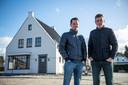 Adri Dieleman (links) en Jonathan Hoekman van het Biervlietse ontwikkelbedrijf Fluvium Beverna bij één van de eerdere projecten die zij in Biervliet van de grond tilden.