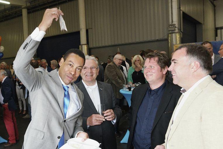 Burgemeester Frank Weerwind (links) op een haringparty in Velsen. Beeld anp