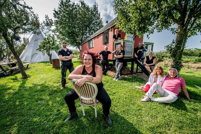 """Jana de Bie (voorgrond) runt kampeerplek Villa Vagebond in Zennewijnen: ,,De naam zegt al een beetje hoe het in elkaar steekt: je kunt hier lekker een vuurtje stoken, biertjes drinken en dat tussen de kippen, schapen en fruitbomen."""""""