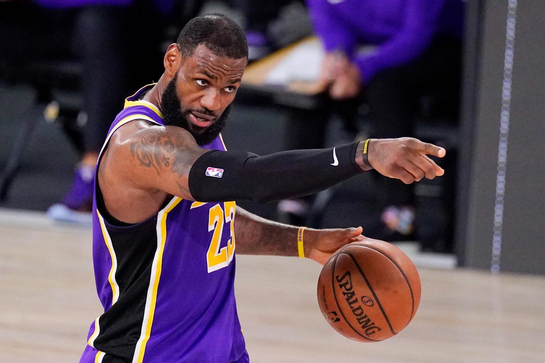 LeBron James wijst zijn Lakers de weg naar de finale met 38 punten en 16 rebounds tegen Denver Nuggets, zaterdagavond in Florida. Beeld AP