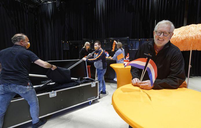 Hans Fassbender (rechts) bij de opbouw van het podium voor de online Koningsdag.