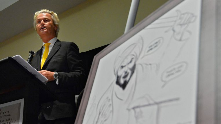 Geert Wilders tijdens zijn lezing, naast de winnende cartoon Beeld EPA