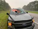 De zwaar beschadigde Ford.