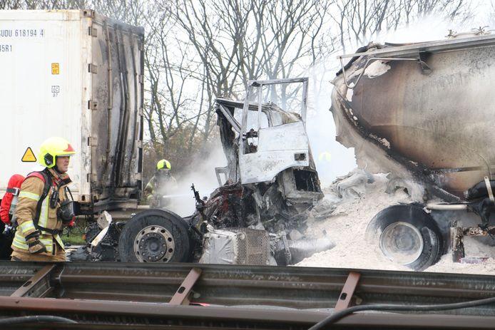 Een fatale botsing tussen twee vrachtwagens op de A29 bij het Hellegatsplein