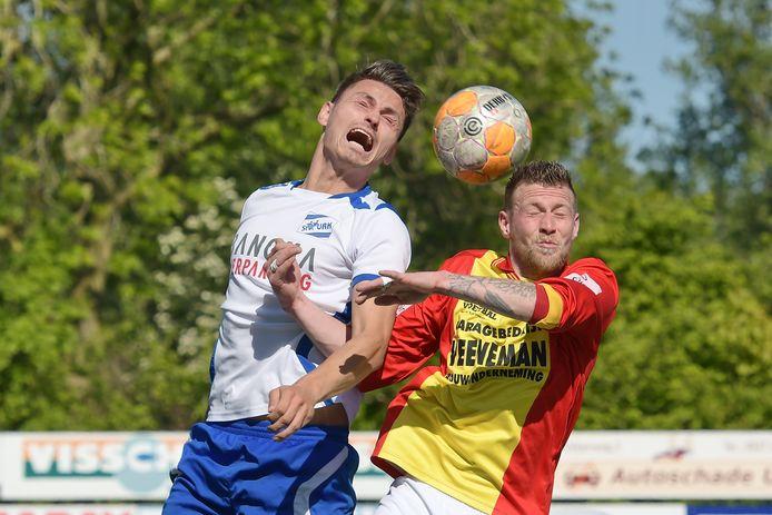 Sebastian van Laar - rechts, namens CSV Apeldoorn tegen Urk - bestrijdt dat hij gaat overstappen naar AGOVV.