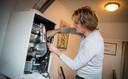 Een onderhoudsmonteur inspecteert een Topline HR-ketel van Nefit.