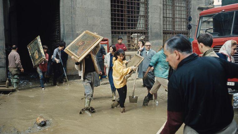 Florence 1966: vrijwilligers brengen kunst in veiligheid nadat de rivier de Arno buiten haar oevers is getreden. Beeld Getty Images