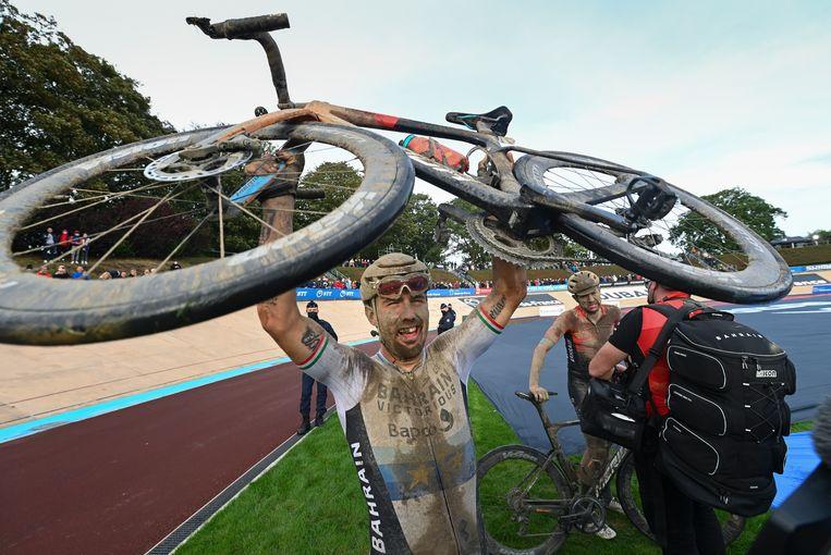Sonny Colbrelli na het winnen van Parijs-Roubaix. Beeld AP