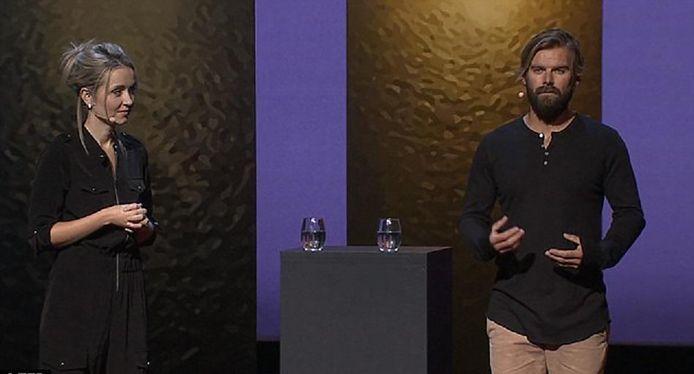 Thordis (links) en Stranger op het podium bij TED.