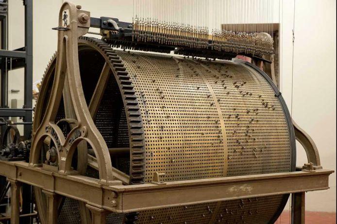 De beiaardier moet op deze rol met 17.500 gaatjes de juiste pinnetjes plaatsen om de nieuwe liedjes te creëren.