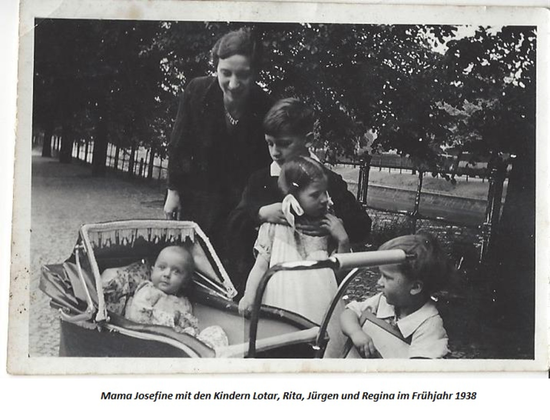 Regina in 1938 in de kinderwagen, met haar moeder en broertjes en zusje. Beeld