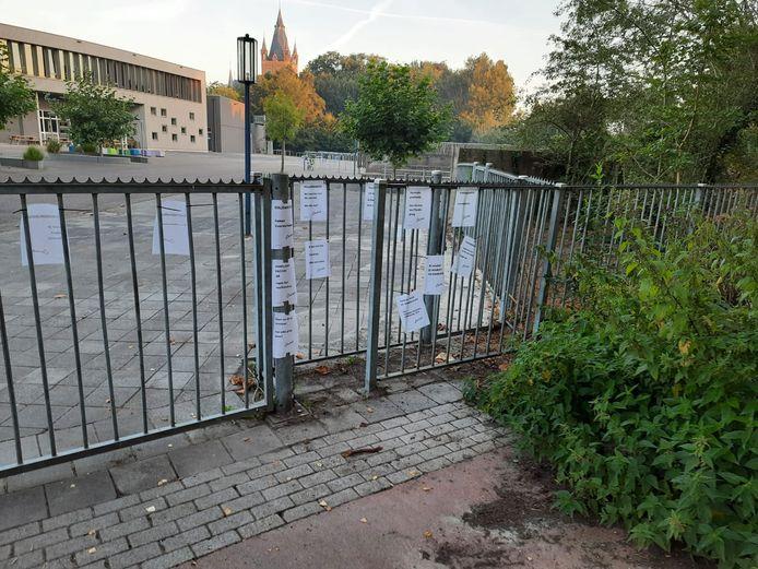 Aan de poorten van scholengemeenschap Durendael hingen woensdagochtend A4'tjes met antivax-teksten