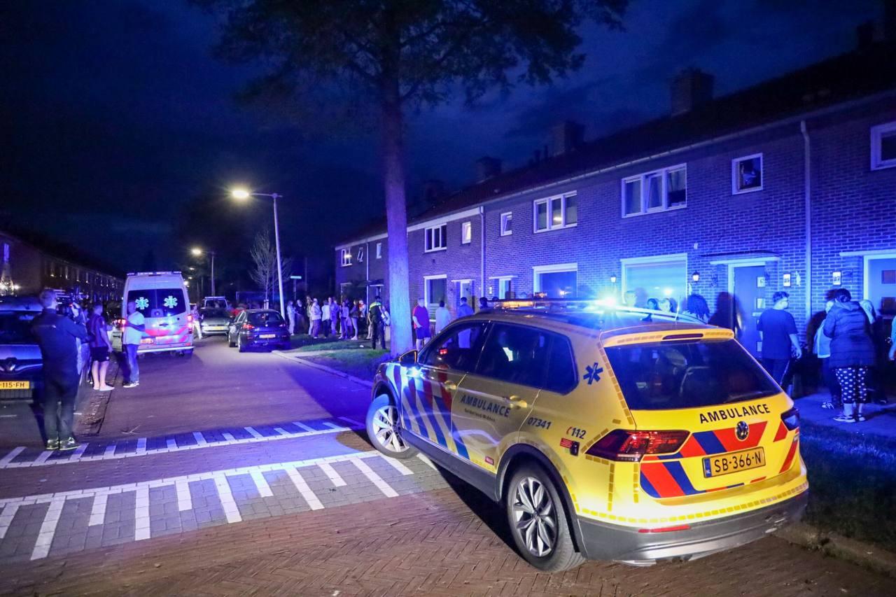 Hulpdiensten rukten massaal uit na de steekpartij in de woning aan de Dragonstraat in Arnhem. Een 27-jarige man uit Doesburg kwam om het leven.