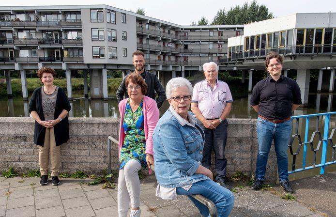 Zes van de acht leden van de nieuwe bewonerscommissie van 't Swafert. Achterste rij vanaf links: Wietske Idzes, Danny Rietman,  Klaas van Schie en Cor van den Berg. Daarvoor Jolande Burlage en helemaal vooraan Mirriam te Vaarwerk.