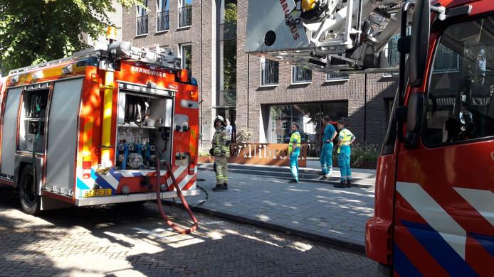 Drie blusvoertuigen, een ladderwagen en een ambulance snelden toe na de brandmelding.