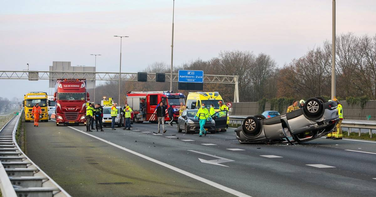 Flinke chaos door ongeluk op A1 bij Apeldoorn: auto landt op de kop.