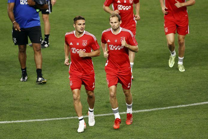 Dusan Tadic (l) en Daley Blind tijdens de training van Ajax in voorbereiding op het duel met Sporting Clube de Portugal.