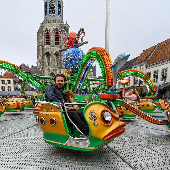 De tweede dag van de kermis  op de Grote Markt in Bergen op Zoom.