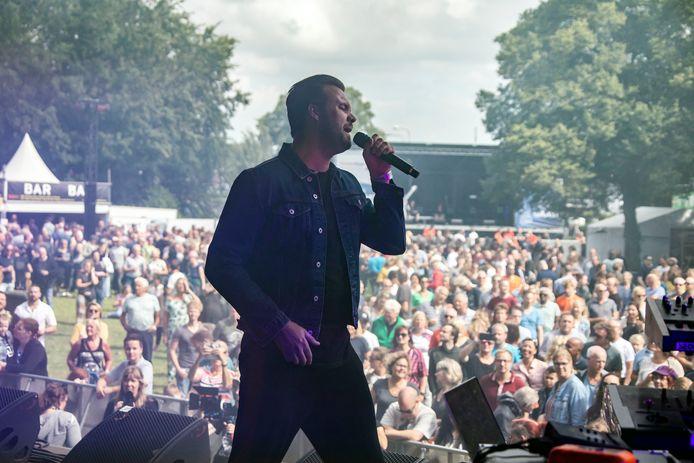 Waterpop in 2019, met BO Saris op het podium in het Hofpark in Wateringen.