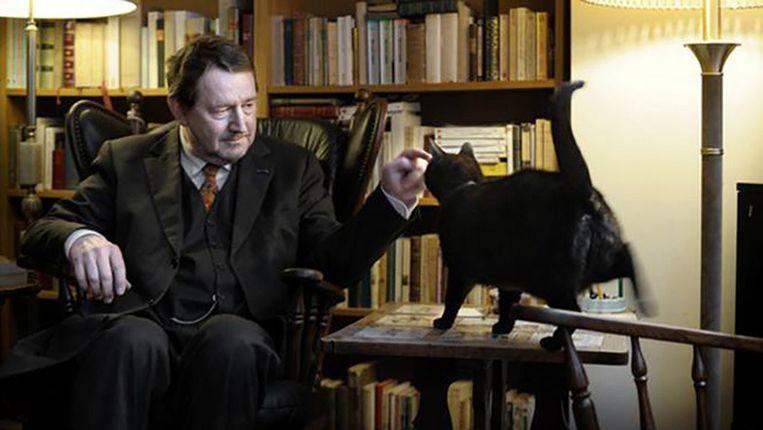 Dichter Jean Pierre Rawie en zijn kat. Beeld Joost van den Broek
