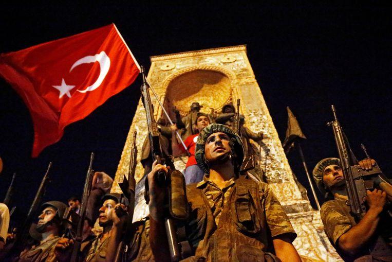 Turkse soldaten bewaken het Taksim-plein in Istanbul na de mislukte coup op 15 juli 2016. Beeld EPA