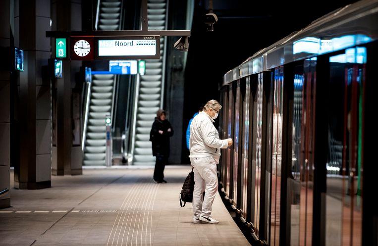 Reizigers stappen in de metro op de Noord/Zuidlijn, waar het nieuwe beveiligingssysteem al wordt gebruikt. Beeld ANP