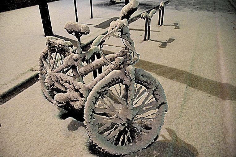 De sneeuw is plakkerig, zoals hier te zien op deze fiets nabij de Vlasmarkt.