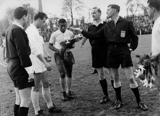 Pelé voor de vriendschappelijke wedstrijd tegen PSV in 1963.