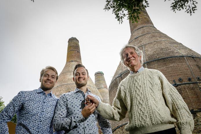Stefan Hoekstra (links) en Thijs de Lange (midden) nemen de sleutel aan van Leo Erberveld en nemen daarmee zijn 'kindje' Restaurant De Drie Kalkovens over. Vanaf nu gaat het verder als Villa Kalkoven.