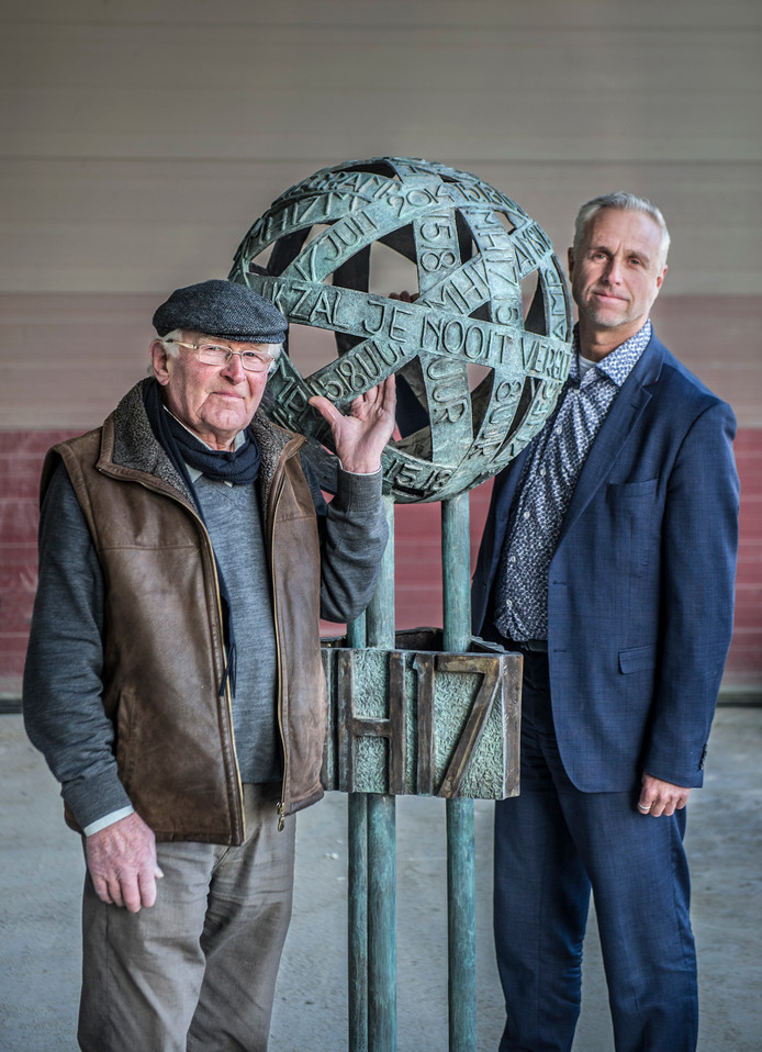 De 92-jarige kunstenaar Toon Heijmans en initiatiefnemer Ronald Rutten van Monuta bij het nieuwe monument voor de MH17. Foto: Koen Verheijden
