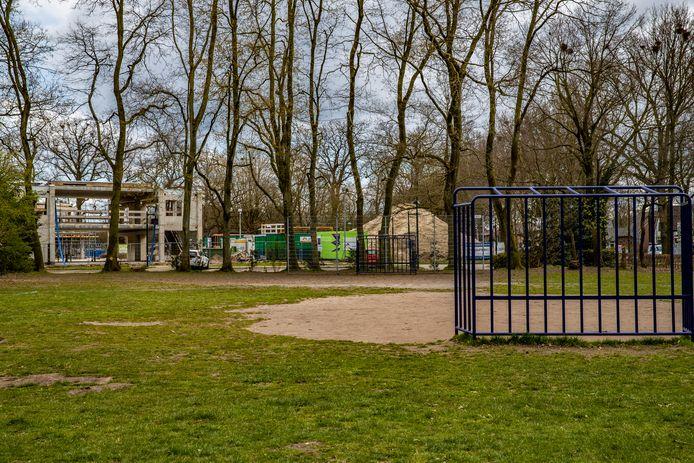 Wordt dit speelveldje nabij het gemeentehuis in Twello straks een parkeerplaats? De gemeente Voorst is dat wel van plan.