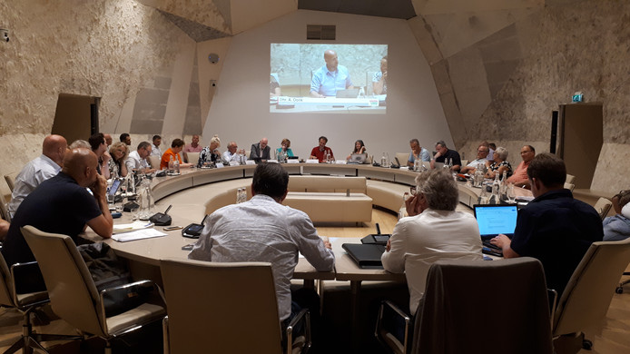 De Hellendoornse gemeenteraad blijft zeer verdeeld over de vraag waarop de komende jaren moet worden bezuinigd.