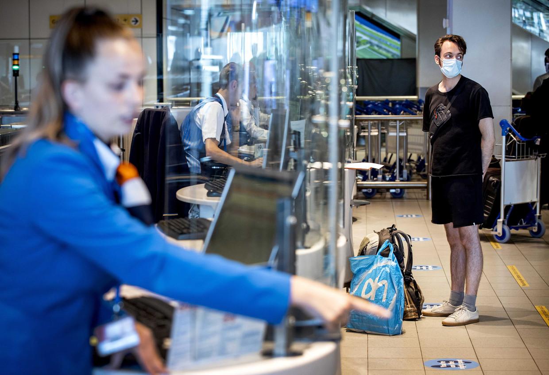 Bij de grens van andere Europese landen geldt de QR-code in CoronaCheck als een soort paspoort om binnen te kunnen komen. Beeld ANP