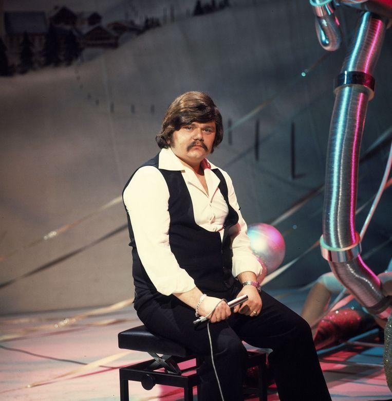Hazes tijdens een tv-optreden in 1977. In deze periode heeft hij enkele successen, maar het zingen van sentimentele liedjes staat hem tegen.  Beeld ANP